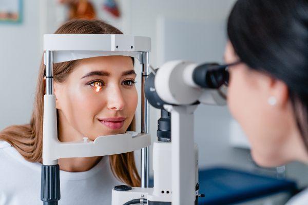 pregled pri oftalmologu zaradi očesnih alergij