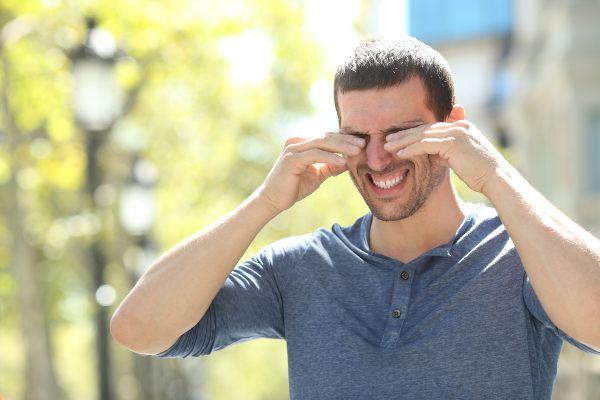 suhe oči zelo motijo fanta na vetru